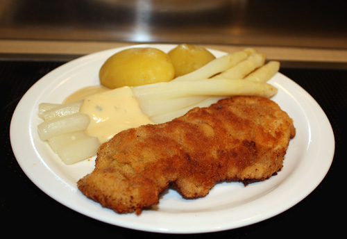Schnitzel with asparragus and spring potatoes